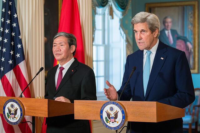 Ngoại trưởng Mỹ John Kerry (phải) họp báo với thường trực Bộ Chính Trị đảng Cộng Sản Việt Nam Đinh Thế Huynh tại bộ Ngoại Giao Mỹ, Washington, 25/10/2016
