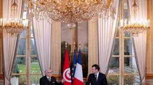 Tổng thống Pháp Emmanuel Macron họp báo với đồng nhiệm Tunisia Béji Caid Essebsi, ngày 11/12//2017 tại Paris.à Paris.