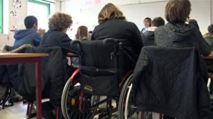 Une élève handicapée dans une classe ordinaire (capture d'écran).