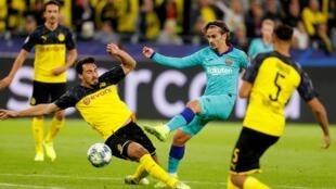 Le Français du FC Barcelone, Antoine Griezmann, bute sur le défenseur du Borussia Dortmund, Mats Hummels.