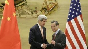 Ngoại trưởng Trung Quốc Vương Nghị (Wang Yi) tiếp đồng nhiệm Mỹ John Kerry (T), Bắc Kinh, ngày 27/01/2016