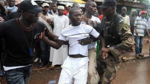 Arrestation d'un manifestant en marge du rassemblement organisé au stade de Conakry, le 28 septembre 2009.