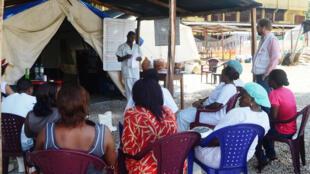 Une réunion sur Ebola avant une intervention à l'hôpital Donka de Conakry, le 28 juin 2014.