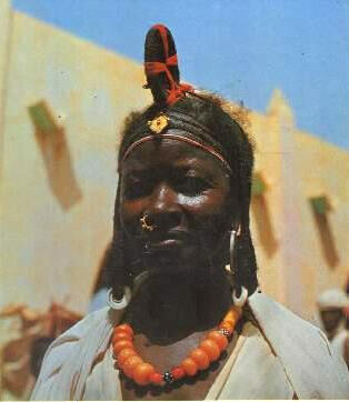 Couverture (détail). Le photographe Mamadou Koné dit Super Koné doit son premier succès à la sortie en 1977 de son livre « Coiffures traditionnelles et modernes du Mal ».