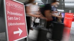 Les voyageurs se précipitent devant l'entrée du premier centre de test qui a été ouvert en coopération avec les transporteurs aériens Lufthansa et Fraport à l'aéroport de Francfort, le 29 juin 2020.