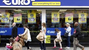 Irlanda:  los peatones circulan por Moore Street de Dublin frente a tiendas que proponen precios ventajosos.