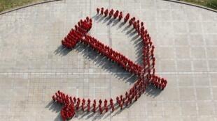 Sinh viên đại học Phục Đán ở Thượng Hải xếp hình búa liềm mừng đại hội Đảng 18.