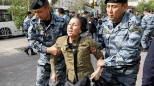 Des policiers arrêtent une manifestante dans la ville de Nur-Sultan. Le 21 septembre 2019.