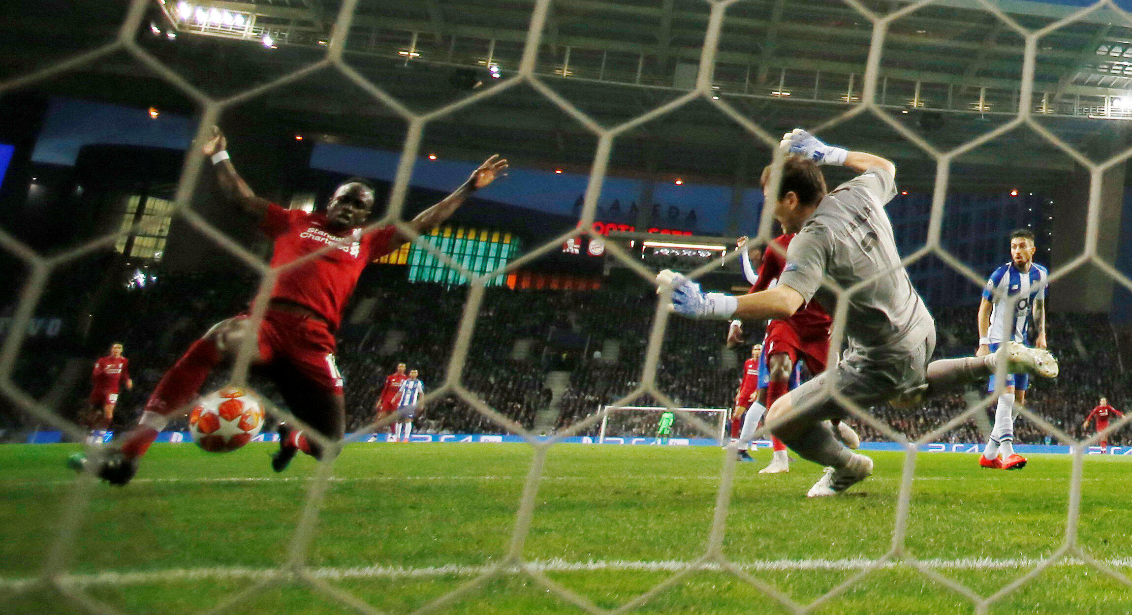 Le Sénégalais Sadio Mané buteur face au FC Porto d'Iker Casillas.