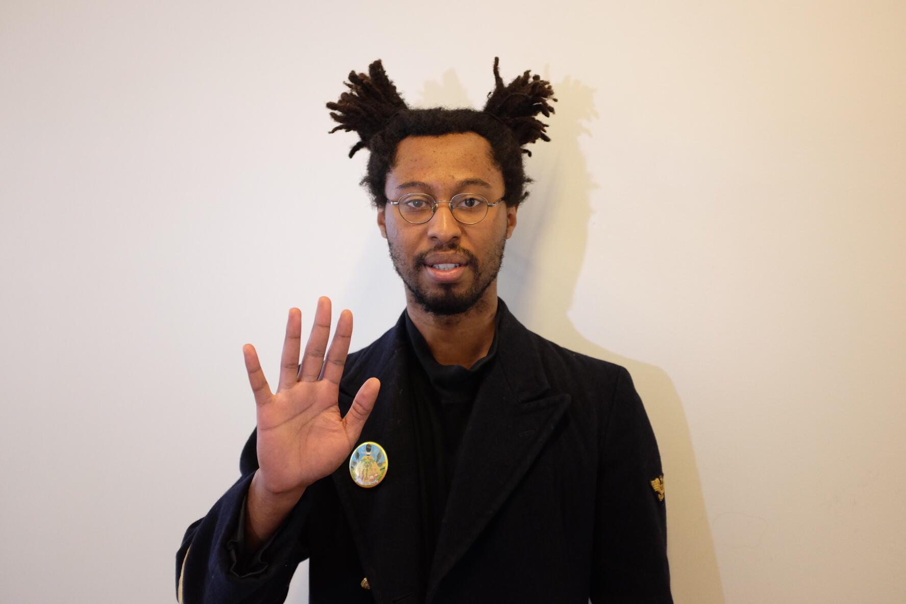 L'artiste «Seumboy VRAINOM : €», né en 1992, en France, proclame «vivre et travailler sur Internet». Il a créé une œuvre vidéo intitulée «Prière au wifi».