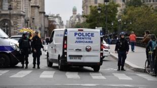 Um homem agrdiu à facada funcionários de polícia na sede do govenro civil de Paris, neste dia 3 de Outubro de 2019.