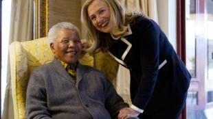 A secretária de estado americana Hillary Clinton com Nelson Mandela, no dia 6 de agosto 2012.