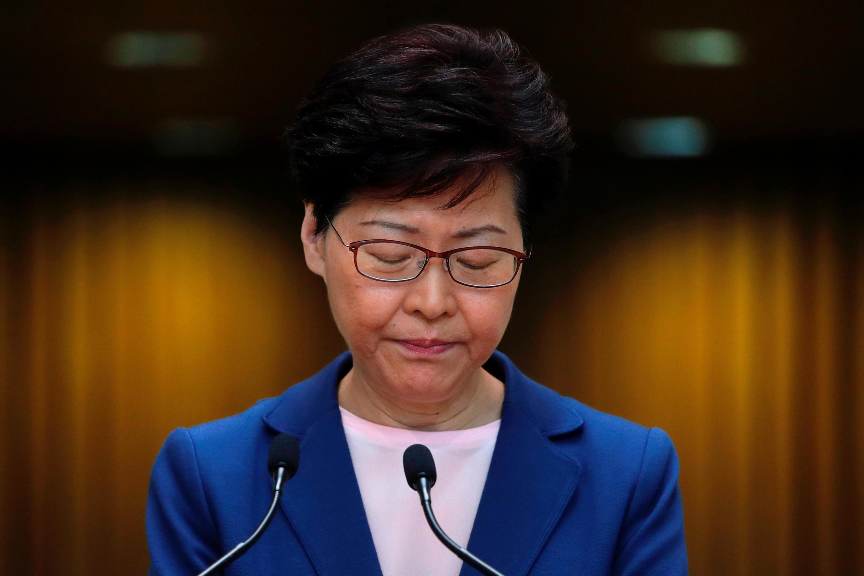 """A chefe de governo de Hong Kong, Carrie Lam, declarou nesta terça-feira que o projeto de lei sobre as extradições para a China, que provoca uma onda de protestos na ilha, está """"morto""""."""