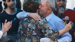 O ex-presidente Lula abraça a presidente destituída Dilma Rousseff em manifestação em Porto Alegre, em 23 de janeiro de 2018.
