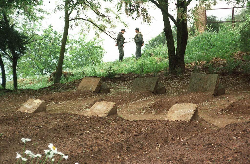 Les tombes des 7 moines de Tibéhirine, assassinés le 21 mai 1996, près de leur monastrère, situé non loinde Médéa.