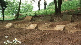Les tombes des sept moines de Tibéhirine, assassinés le 21 mai 1996, près de leur monastère, situé non loinde Médéa.