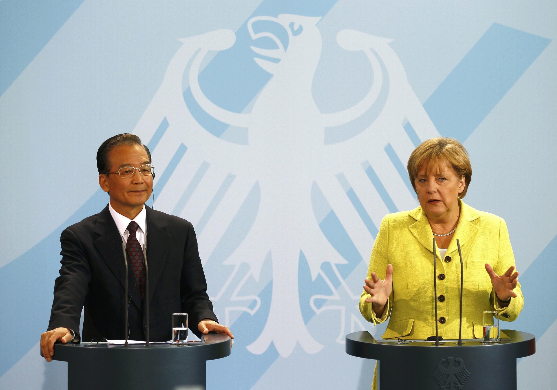 O primeiro-ministro chinês, Wen Jiabao, e a chanceler alemã, Angela Merkel, em Berlim, nesta terça-feira (28).