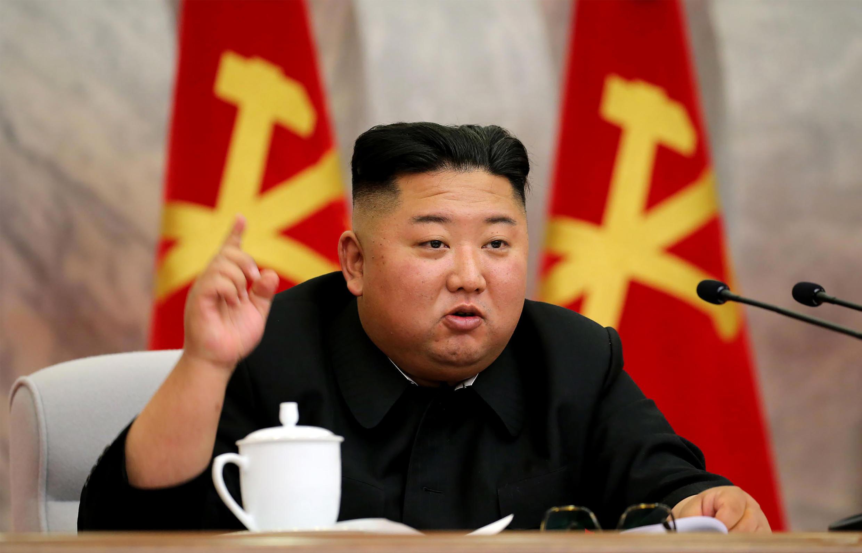 Kim Jong Un habla durante una reunión de la Comisión Militar Central en un lugar indeterminado de Corea del norte, una imagen divulgada el 24 de mayo de 2020 por la agencia oficial norcoreana KCNA