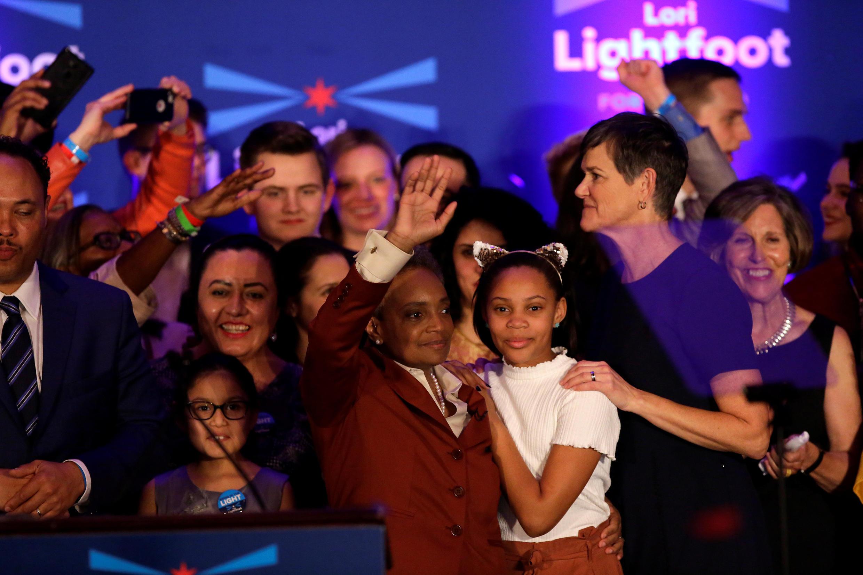 A prefeita eleita de Chicago, Lori Lightfoot (centro), celebra a vitória abraçada à filha (de blusa branca) e à mulher (à direita).