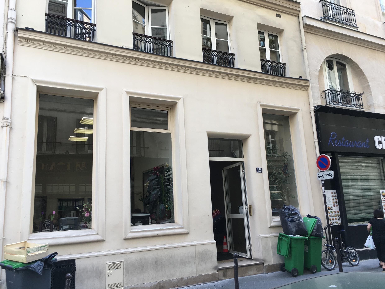 Le 12 rue Chabanais, à deux pas du jardin du Palais Royal et de la Bibliothèque nationale de France.
