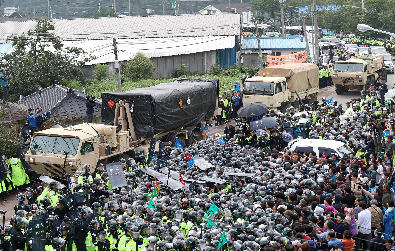 Déploiement agité pour ces éléments du dispositif anti-missile américain THAAD en Corée du Sud. Seongju, le 7 septembre 2017.