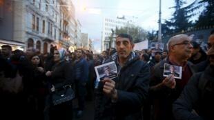 Curdos protestam contra assassinato do advogado e opositor Tahir Elci, neste sábado, 28 de novembro de 2015.