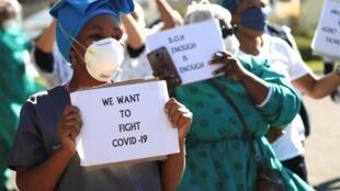 Pessoal de saúde na África do Sul protestam contra a falta de quipamentos de protecção individual frente a um hospital em na cidade do Cabo, a 19 de Junho de 2020.
