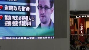 Televisão em Hong Kong exibem imagens de Edward Snowden.