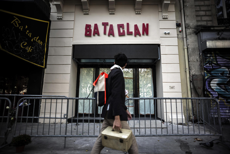A sala de shows Bataclan reabre no sábado (12), um dia antes do aniversário de um ano dos atentados de 13 de novembro de 2015 em Paris.