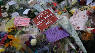 Цветы и свечи в память о погибших в лондонском теракте 3 июня.