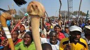 Des milliers de mineurs sud-africains manifestent près d'une mine de platine.