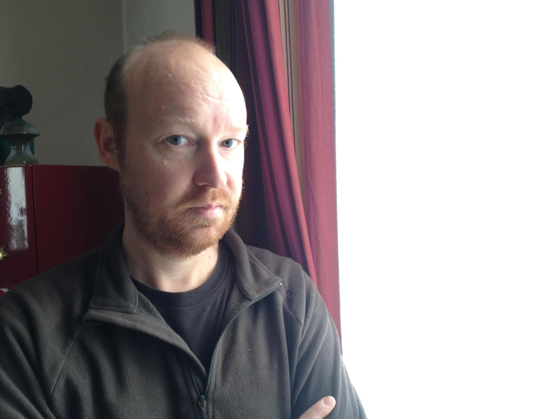 Electrohypersensible depuis un an Christophe se réfugie chez lui, derrière des rideaux spéciaux qui stoppent les ondes