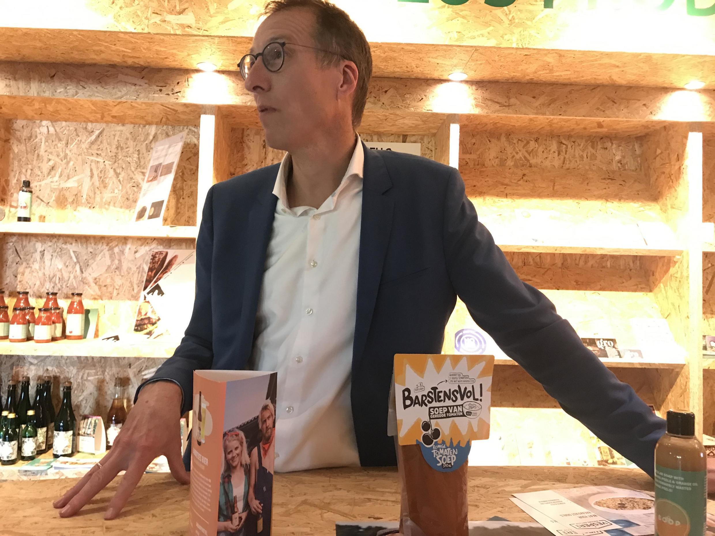 Toine Timmermans, expert néerlandais anti-gaspillage, dans l'usine néerlandaise de recyclage gastronomique.