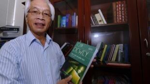 """Giáo sư Chu Hảo, với bản dịch cuốn """"Dân Chủ và Giáo dục/Democracy and Education"""" của John Dewey. Ảnh chụp ngày 31/08/2010 tại Hà Nội."""