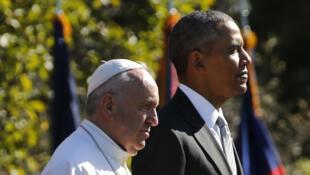 Le président Obama et le souverain pontife, lors de la cérémonie d'accueil du pape à Washington, le 23 septembre 2015.