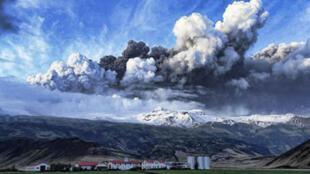 Nuvens de cinza sob a geleira de Eyjafjallajokull, na Islândia.