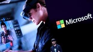 Le collaborateur technique de Microsoft, Alex Kipman, dévoile «HoloLens 2» lors d'une présentation au Mobile World Congress (MWC) à la veille du plus grand salon mobile du monde à Barcelone, le 24 février 2019.