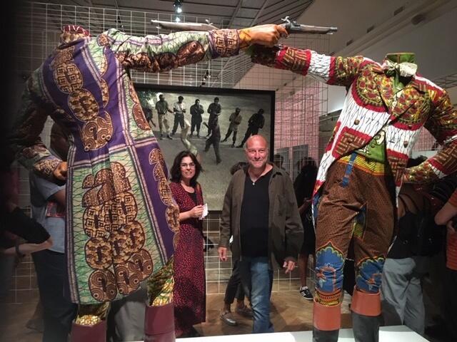 Kendell Geers, le co-commissaire de l'exposition «IncarNations» à Bozar, devant une oeuvre du Nigérian Yinka Shonibare.