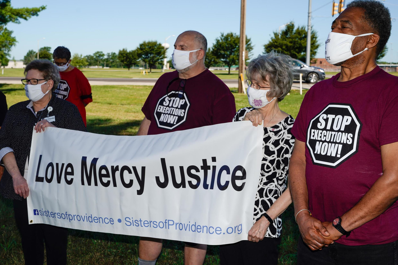 Rassemblement contre la peine de mort devant le complexe correctionnel fédéral de Terre Haute, dans l'Indiana, le 13 juillet 2020.