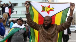 Người dân Zimbabwe biểu tình ở thủ đô Harare ngày 18/11/2017, đòi tổng thống Mugabe từ chức.