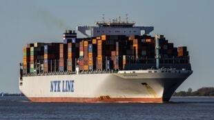 La croissance de 6% de la facture alimentaire mondiale s'explique par l'augmentation des quantités de denrées achetées par les pays importateurs et par l'augmentation du coût du transport maritime, en particulier le fret.