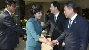 """2013年6月9日,在板門店的""""和平之家""""會談前,朝韓雙方代表見面、握手。"""