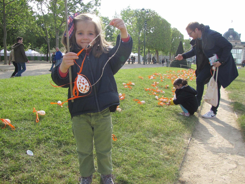 Мария нашла пасхальные яйца нужных цветов, Марсово Поле, Париж, 20 апреля 2014 г.