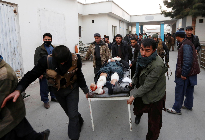 Afisa wa polisi apelekwa hospitalini baada ya mashambulizi mawili katika mji wa Kabul Jumanne, Januari 10, 2017.