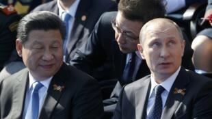 2015年5月9日,俄罗斯总统普京(右)与中国国家主席习近平(左)在莫斯科红场卫国战争胜利70周年阅兵式上。