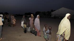 Mulheres e crianças libertadas de Boko Haram foram transportadas para o campo de refugiados de Yola, em Adamawa na Nigéria.