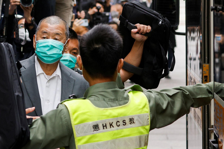Ông Lê Trí Anh (Jimmy Lai) rời trụ sở tòa phúc thẩm và lên xe cảnh sát quay về nhà tù, Hồng Kông, Trung Quốc, ngày 09/02/2021.