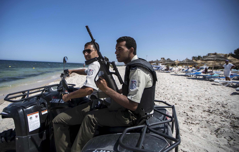 Des policiers patrouillent à proximité de l'hôtel Imperial Marhaba à Sousse, victime d'une attaque le 26 juin dernier.