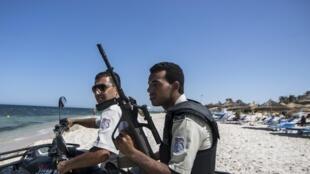 Polícias na estação balneária de Sousse onde morreram 38 turistas no atentado de 26 de Junho.