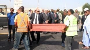 Le président mauritanien Ould Abdel Aziz (au centre, cravate rouge) lors de l'arrivée des corps à l'aéroport de Nouakchott, le 12 septembre 2012.